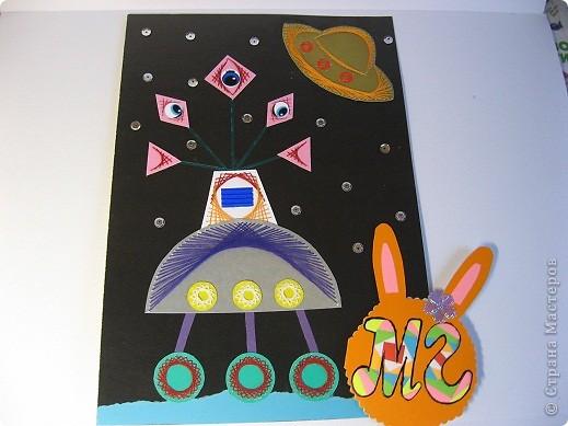 """Мой  Звездолёт будущего. """"Маленькие ракеты"""" - это двигатели с  нанотопливом. В """"средней ракете"""" находится центральный пункт управления и  кабины пилотов.  Звездолёт может за считанные минуты достигать третью космическую скорость. фото 5"""