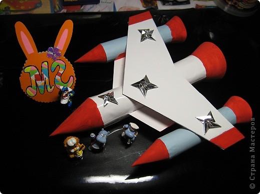 """Мой  Звездолёт будущего. """"Маленькие ракеты"""" - это двигатели с  нанотопливом. В """"средней ракете"""" находится центральный пункт управления и  кабины пилотов.  Звездолёт может за считанные минуты достигать третью космическую скорость. фото 2"""