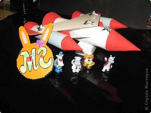 """Мой  Звездолёт будущего. """"Маленькие ракеты"""" - это двигатели с  нанотопливом. В """"средней ракете"""" находится центральный пункт управления и  кабины пилотов.  Звездолёт может за считанные минуты достигать третью космическую скорость. фото 1"""
