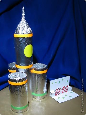 """Это ракета-носитель """"Серебряная звезда"""". Она сделана из картонных трубочек, фольги. украшена самоклеящейся бумагой.  фото 1"""