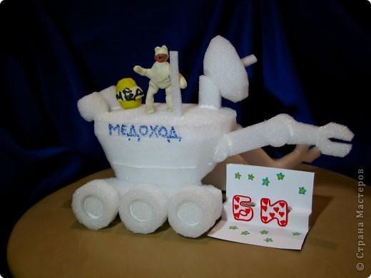 """Это ракета-носитель """"Серебряная звезда"""". Она сделана из картонных трубочек, фольги. украшена самоклеящейся бумагой.  фото 3"""