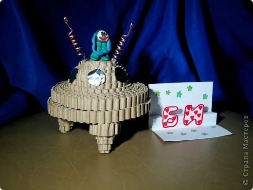 """Это ракета-носитель """"Серебряная звезда"""". Она сделана из картонных трубочек, фольги. украшена самоклеящейся бумагой.  фото 5"""