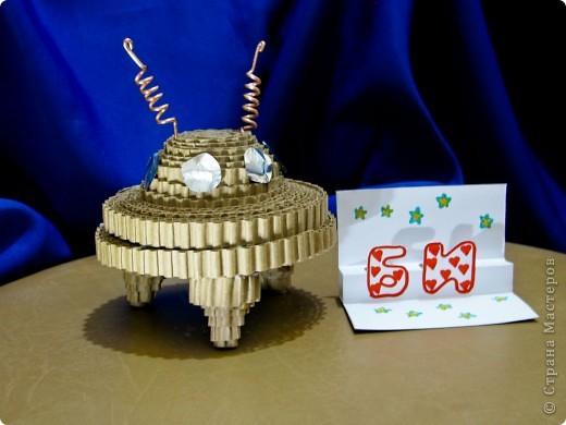 """Это ракета-носитель """"Серебряная звезда"""". Она сделана из картонных трубочек, фольги. украшена самоклеящейся бумагой.  фото 4"""