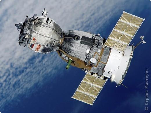 """...3...2...1...пуск! Первым я решила запустить в космос космический корабль """"Союз"""". Он сделан в технике """"квиллинг"""" из гофрированного картона по замечательному мастер-классу Елены Жуковой """"Союз"""" - это серия многоместных советских и российских космический кораблей, которые предназначены для полётов по околоземной орбите. фото 2"""