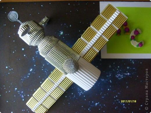 """...3...2...1...пуск! Первым я решила запустить в космос космический корабль """"Союз"""". Он сделан в технике """"квиллинг"""" из гофрированного картона по замечательному мастер-классу Елены Жуковой """"Союз"""" - это серия многоместных советских и российских космический кораблей, которые предназначены для полётов по околоземной орбите. фото 1"""