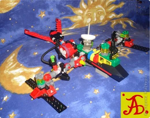 Тема 1 . Конструируем космические аппараты.  Космический корабль под названием Пегас.  Для его создания потребовалось: пластиковая бутылка, цветной скотч, картон, декоративные шарики и свеча для торта, которая прикреплена в хвосте корабля. Питание корабль получает от солнечных батарей, которые прикреплены по сторонам.  фото 4