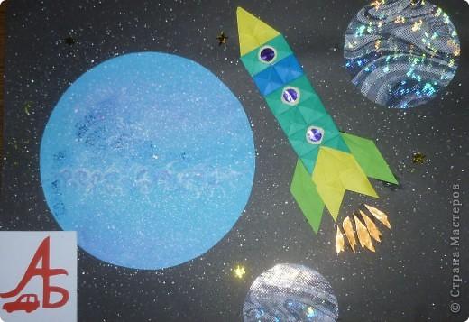 Представляю вашему вниманию пилотируемый космический корабль «Покоритель галактики-2011».  Мой космический корабль напоминает российский  корабль «Союз» и китайский корабль «Шэнь Чжоу», имеет такую же сферическо-коническую форму, только он современнее и имеет специальную систему слежения в виде красной звездочки в верхней части космического корабля (это мощный локатор).  Корабль сконструирован для полёта на Луну. А система слежения нужна для того, чтобы случайно не пропустить встречу с инопланетянами.  Корабль оснащен специальными люками для выхода в открытый космос. Корабль рассчитан на  размещение внутри четырех космонавтов. Это – я и мои друзья – Саша и Никита, а Настя будет оказывать медицинскую помощь (если, конечно, потребуется).   фото 5