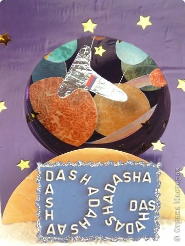 Тема 1.  Конструируем космические корабли. Папа рассказал мне, что читал в детстве рассказ  Артура Кларка «Солнечный ветер». В нем описывалась космическая регата, в которой участвовали  яхты с огромными парусами. Мне стало интересно, вымысел ли это? Решили найти информацию. Как оказалось, солнечный парус был изобретён русским учёным Ф. А. Цандером в 20 – х годах XX века. Идея работы солнечного паруса проста: космический корабль раскрывает в космосе большое полотно – парус – которое отражает или  поглощает солнечный свет. Солнечный парус работает от давления солнечного света.  В 1989г. США объявили о проведении «космической регаты». Предполагалось вывести на орбиту  солнечные парусные корабли и устроить космические гонки под парусами до Марса. Старт должен был состояться в 1992 году.Регата не состоялась из–за нехватки денег. Мы с папой решили провести собственную регату: отправить три космических парусника к Луне. Для этого папа сделал каркас парусников, а я наклеила полисилк и сделала из фольги корпус корабля.     фото 9