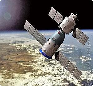 """Третий полет такой интересный и познавательный! Для путешествия в космос я выбрала космический корабль, похожий на китайский """"Шеньчжоу"""". Я назвала его """"Серебряная птица"""". Корабль выполнен из гофрированного картона и фольги. фото 2"""