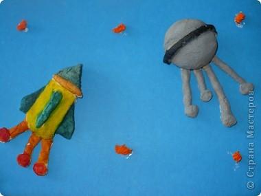 """В космическом пространстве. Спутник """"Волшебник"""" и ракета """"Радуга"""". Смастерила их из соленого теста. фото 1"""