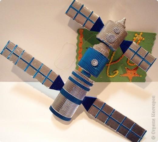 """Третий полет такой интересный и познавательный! Для путешествия в космос я выбрала космический корабль, похожий на китайский """"Шеньчжоу"""". Я назвала его """"Серебряная птица"""". Корабль выполнен из гофрированного картона и фольги. фото 1"""