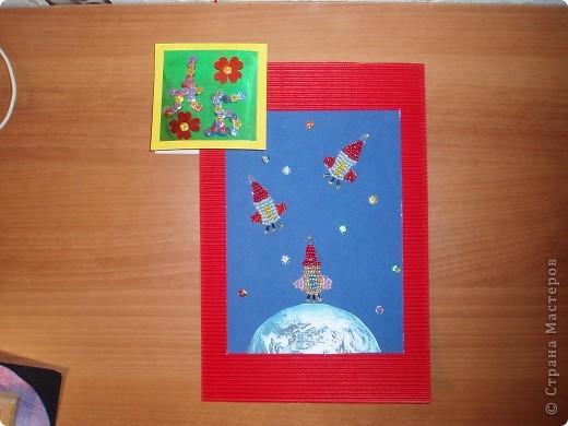 Мы знаем, что 50 лет назад полетел в космос первый космонавт - Юрий Гагарин.   А сегодня мы отправляем в космос свои три ракеты, чтобы космонавты исследовали другие планеты, которые есть в нашей галактике. В ракетах мы везем книги, игрушки для маленьких инопланетян, чтобы они выросли умными и могли писать нам письма или построили свою ракету и прилетели в гости. фото 1