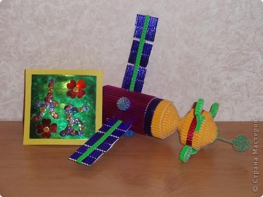 Мы знаем, что 50 лет назад полетел в космос первый космонавт - Юрий Гагарин.   А сегодня мы отправляем в космос свои три ракеты, чтобы космонавты исследовали другие планеты, которые есть в нашей галактике. В ракетах мы везем книги, игрушки для маленьких инопланетян, чтобы они выросли умными и могли писать нам письма или построили свою ракету и прилетели в гости. фото 6