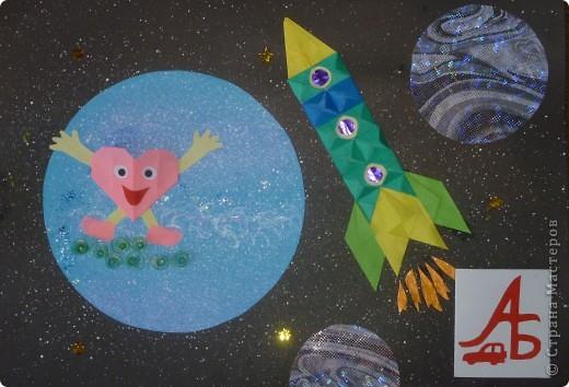 Представляю вашему вниманию пилотируемый космический корабль «Покоритель галактики-2011».  Мой космический корабль напоминает российский  корабль «Союз» и китайский корабль «Шэнь Чжоу», имеет такую же сферическо-коническую форму, только он современнее и имеет специальную систему слежения в виде красной звездочки в верхней части космического корабля (это мощный локатор).  Корабль сконструирован для полёта на Луну. А система слежения нужна для того, чтобы случайно не пропустить встречу с инопланетянами.  Корабль оснащен специальными люками для выхода в открытый космос. Корабль рассчитан на  размещение внутри четырех космонавтов. Это – я и мои друзья – Саша и Никита, а Настя будет оказывать медицинскую помощь (если, конечно, потребуется).   фото 6