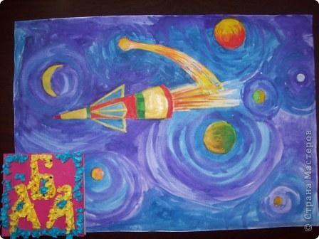 """Это моя ракета """"Загадка"""". Выполнена она из цветной бумаги в технике """"квилинг"""", украшена наклейками. фото 3"""