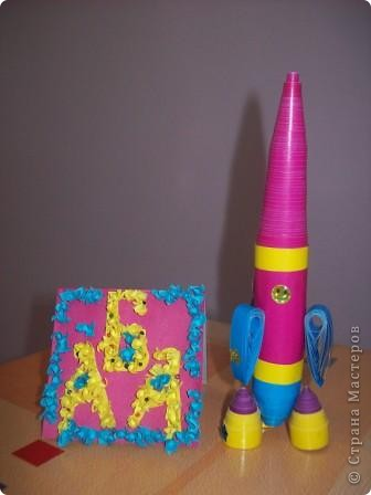 """Это моя ракета """"Загадка"""". Выполнена она из цветной бумаги в технике """"квилинг"""", украшена наклейками. фото 1"""
