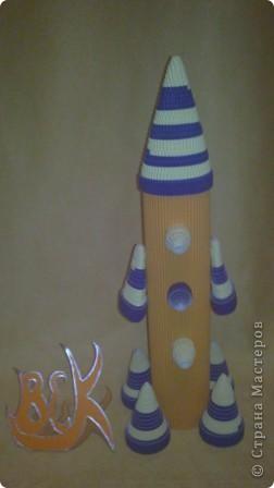"""Это моя ракета """"Быстрая"""". Она заряжается солнечной энергией и стремительно несётся по космическим просторам. Космонавты изучают планеты и звёзды, открывают новые миры.  Сделал я, друзья. ракету! Полечу на ту планету, Где есть много разных тайн, Их лишь только разгадай! Побываю в сказке я,  Встречу Лайку там, друзья,  Расспрошу, как ей живется,  Что узнала там она. Погружусь в ее познанья И узнаю много я! Что? Вам тоже интересно? Ну, тогда прошу на борт. Забирайтесь поскорее. Я уже готов... Всё... Взлёт! фото 3"""