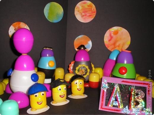Здесь я изобразила космические корабли с инопланетиками на их планете.  фото 6