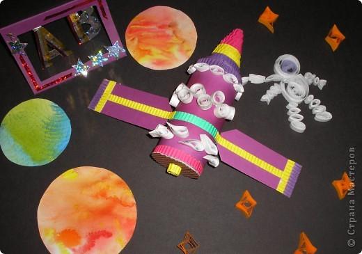 Здесь я изобразила космические корабли с инопланетиками на их планете.  фото 5