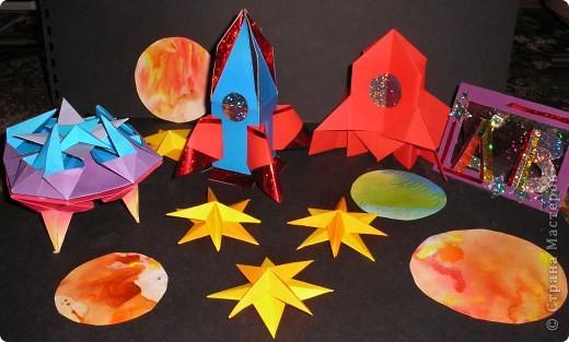 Здесь я изобразила космические корабли с инопланетиками на их планете.  фото 9