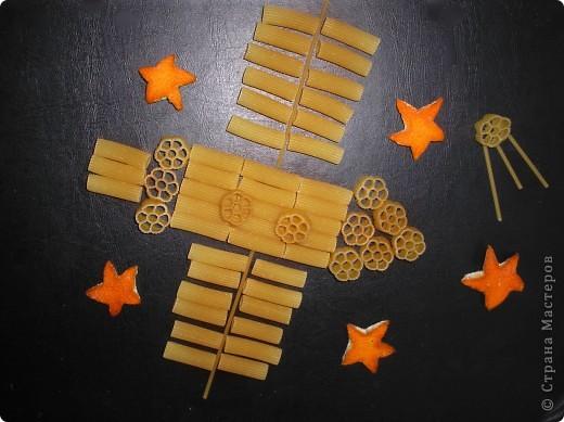 Здесь я изобразила космические корабли с инопланетиками на их планете.  фото 12