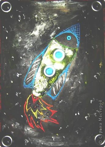"""Вот такая зелёная ракета получилась из солёного теста. В него я вдавила разные формы - получилась рельефность. Потом раскрасила сухой кистью и дополнила пуговицами и конусами из цветной бумаги!        Ракета так и называется """"Зелёная"""" , так как другого названия просто не придумала. Стишок про неё ниже.       фото 3"""