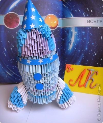 """Мой космический корабль - ракета- носитель """"Мечта"""".  Я узнала много интересного про космические корабли. И решила сделать ракету из модулей. Назвала ее """"Мечта"""". Отправляю ее  в космос и мечтаю,  что  она будет сбрасывать на Землю не лишний балласт, а подарки всем детям! Пусть сбудутся их мечты! фото 1"""