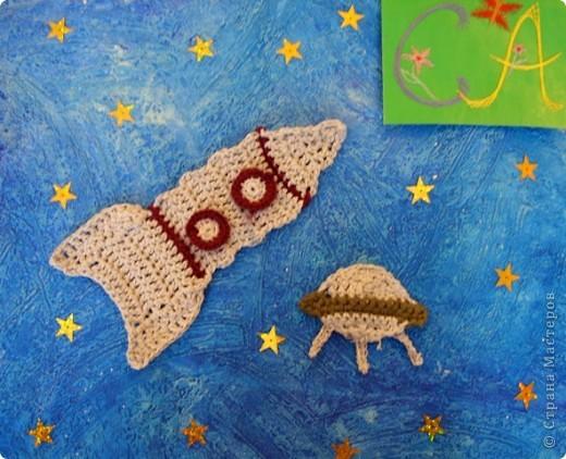 Тема 1. Мой космический корабль. Я сделала ракету. Она называется Крокус. Я сотворила ее из баночки и обклеила цветным скотчем. Еще я сделала ножки из маленьких бутылочек и приклеила к ракете. По-моему, получилось неплохо.  фото 5