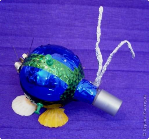 Тема 1. Мой космический корабль. Я сделала ракету. Она называется Крокус. Я сотворила ее из баночки и обклеила цветным скотчем. Еще я сделала ножки из маленьких бутылочек и приклеила к ракете. По-моему, получилось неплохо.  фото 4