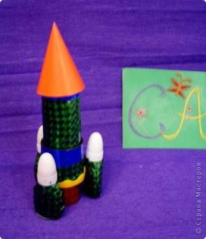 Тема 1. Мой космический корабль. Я сделала ракету. Она называется Крокус. Я сотворила ее из баночки и обклеила цветным скотчем. Еще я сделала ножки из маленьких бутылочек и приклеила к ракете. По-моему, получилось неплохо.  фото 1