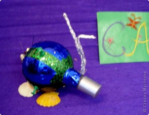 Тема 1. Мой космический корабль. Я сделала ракету. Она называется Крокус. Я сотворила ее из баночки и обклеила цветным скотчем. Еще я сделала ножки из маленьких бутылочек и приклеила к ракете. По-моему, получилось неплохо.  фото 2