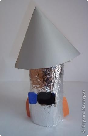 """""""Многоцветик"""" Эту ракету прозвали так, потому что на ней много разных цветов. Её заправляют любыми предметами, главное что бы они были разных цветов. Один предмет равен одному километру. фото 4"""