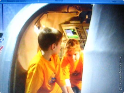 """Международная космическая станция (МКС) пришла на смену космической станции """"МИР"""" и до сих пор строится и модернизируется. помогает ей в этом грузовой корабль """"Прогресс"""", корабль для транспортировки космонавтов - """"Союз ТМА"""" За все время существования станции """"Мир"""" на ней побывало 135 человек из 11 стран. Сейчас на почти достроенной МКС сейчас работает 20-я постоянная команда космонавтов. Это первая экспедиция, в составе которой одновременно на станции находятся 6 человек.  фото 7"""