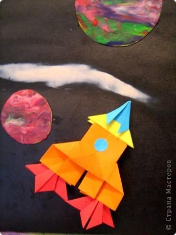 Это туристический  энерголет -1. Он стартует в космос как обычная ракета. Для полета в  космосе он использует  космическую энергию, благодаря энергоулавливающим лепесткам, расположенных в носовой части моего корабля. Таким образом моя ракета может очень долго находиться в космосе и посетить самые дальние звезды. Я ее сделала специально для космических путешествий фото 3