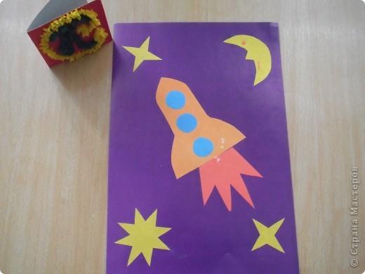 Для этой ракеты я сначала сделал конус из цветной ксероксной бумаги,а потом приклеил  остальные детали. фото 2