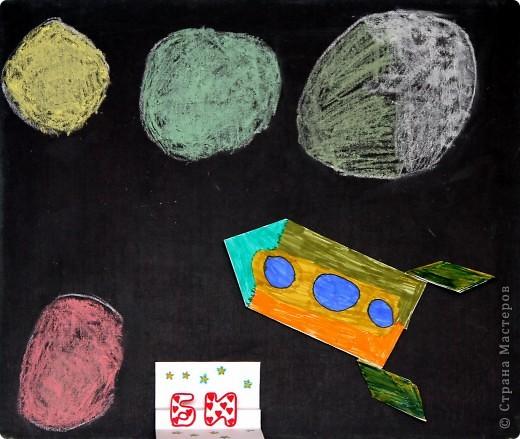 """Это ракета-носитель """"Серебряная звезда"""". Она сделана из картонных трубочек, фольги. украшена самоклеящейся бумагой.  фото 8"""