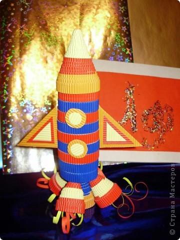 """Тема 1. Конструируем космические аппараты Эта ракета называется """"Первопроходец"""". Я назвала её так, потому что я её сделала самой первой как только увидела задание. Она сделана из гофрированного картона, пластилина, ниток и пластиковых баночек от йогурта """"Растишка"""". фото 2"""
