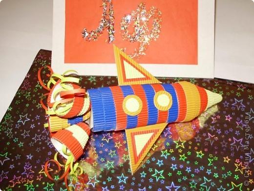 """Тема 1. Конструируем космические аппараты Эта ракета называется """"Первопроходец"""". Я назвала её так, потому что я её сделала самой первой как только увидела задание. Она сделана из гофрированного картона, пластилина, ниток и пластиковых баночек от йогурта """"Растишка"""". фото 4"""