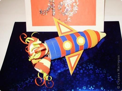 """Тема 1. Конструируем космические аппараты Эта ракета называется """"Первопроходец"""". Я назвала её так, потому что я её сделала самой первой как только увидела задание. Она сделана из гофрированного картона, пластилина, ниток и пластиковых баночек от йогурта """"Растишка"""". фото 5"""