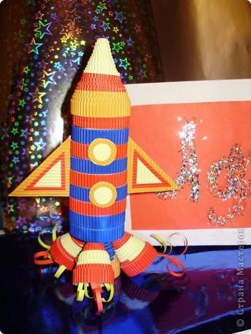 """Тема 1. Конструируем космические аппараты Эта ракета называется """"Первопроходец"""". Я назвала её так, потому что я её сделала самой первой как только увидела задание. Она сделана из гофрированного картона, пластилина, ниток и пластиковых баночек от йогурта """"Растишка"""". фото 3"""