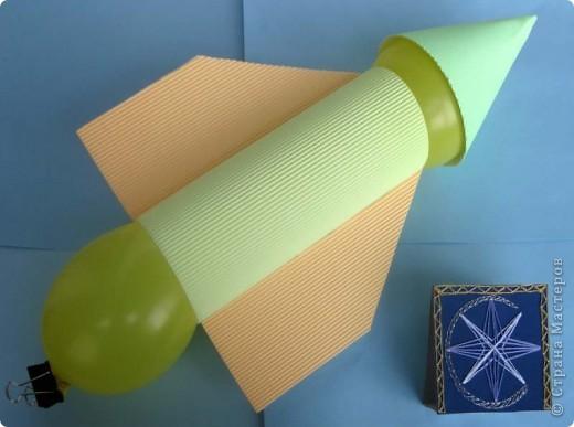 """Здравствуйте! Это ракета, которую я собрал по мастер-классу Елен_@ . Большое спасибо за подробное описание! Ракету я назвал """"Серебряная стрела"""", потому что ее основной цвет - серый. На ее борту проводятся научные эксперименты и разработки новых летательных аппаратов.  Об этих исследованиях я расскажу далее.  Как-то вечером мама сидела за компьютером. Я подошел к ней с вопросом: """"Мама, можно мне в космос?"""" """"Валяй,""""- ответила мне мама, не отрываясь от своей работы. """"Мама, а как же я полечу? Я даже не знаю, почему ракеты летают...""""    Мама мне рассказала о третьем законе Ньютона, который называют законом действия и противодействия. Оказывается, горячие газы образуют реактивную струю, ускоряются в реактивном сопле и, вырываясь наружу, создают движение ракеты в противоположном направлении. После этого разговора на борту """"Серебряной стрелы"""" начались испытания новых моделей ракет """"Шарик-1"""" и """"Шарик-2"""".   фото 3"""