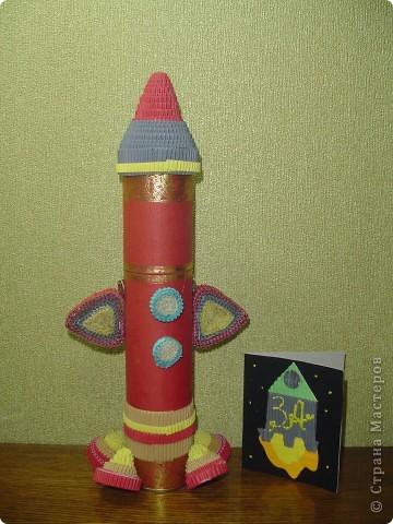"""Тема 1. Конструируем космические аппараты Ракета """"Энергия"""". У бабушки была интересная коробка с чаем. Чай выпили, а из коробки соорудил ракету для полёта в космос. Украсил её полосками из гофрированного картона. фото 1"""