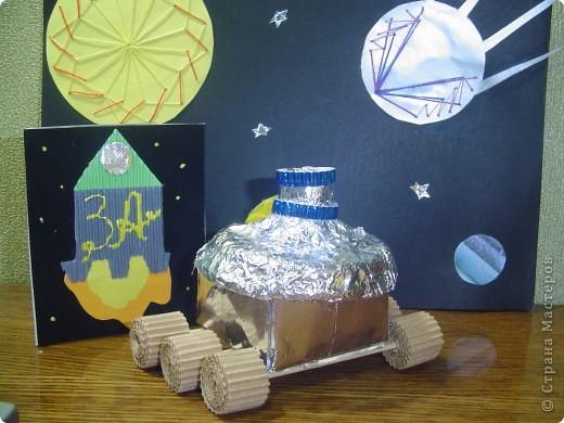"""Тема 1. Конструируем космические аппараты Ракета """"Энергия"""". У бабушки была интересная коробка с чаем. Чай выпили, а из коробки соорудил ракету для полёта в космос. Украсил её полосками из гофрированного картона. фото 7"""