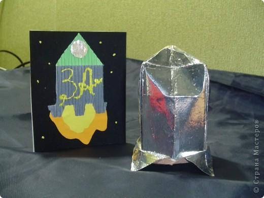 """Тема 1. Конструируем космические аппараты Ракета """"Энергия"""". У бабушки была интересная коробка с чаем. Чай выпили, а из коробки соорудил ракету для полёта в космос. Украсил её полосками из гофрированного картона. фото 4"""