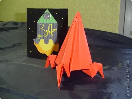 """Тема 1. Конструируем космические аппараты Ракета """"Энергия"""". У бабушки была интересная коробка с чаем. Чай выпили, а из коробки соорудил ракету для полёта в космос. Украсил её полосками из гофрированного картона. фото 5"""