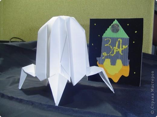 """Тема 1. Конструируем космические аппараты Ракета """"Энергия"""". У бабушки была интересная коробка с чаем. Чай выпили, а из коробки соорудил ракету для полёта в космос. Украсил её полосками из гофрированного картона. фото 6"""
