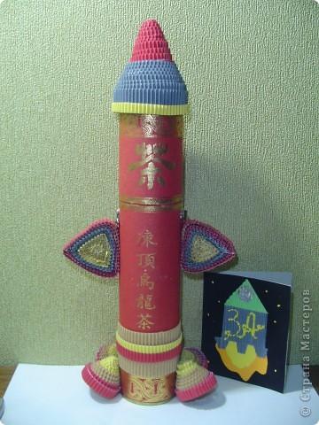 """Тема 1. Конструируем космические аппараты Ракета """"Энергия"""". У бабушки была интересная коробка с чаем. Чай выпили, а из коробки соорудил ракету для полёта в космос. Украсил её полосками из гофрированного картона. фото 2"""