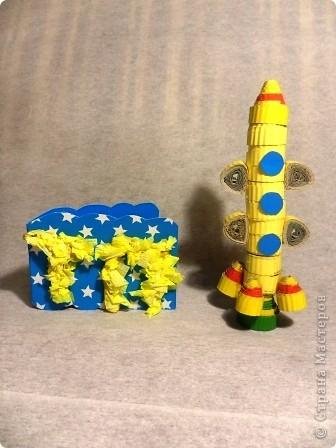 """Это ракета """"ПОЛЛИ"""" из серии ПСТ-9, сделала её для себя, чтобы отправиться в полет на Марс и познакомиться с инопланетянами.  Картина выполнена в технике аппликация из ткани, а """"ПОЛЛИ"""" объёмная, она выполнена из упаковки из-под канцелярского ножа, изнутри выстлана фольгой. фото 3"""