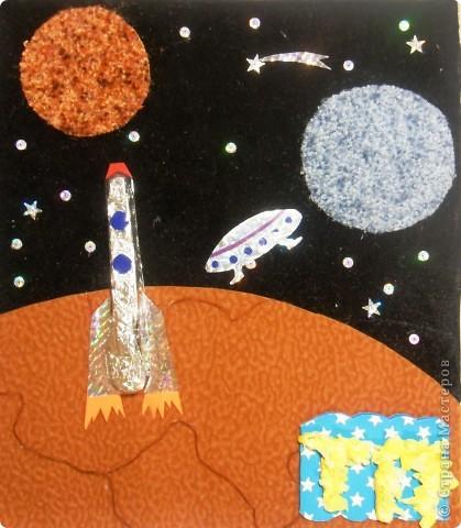 """Это ракета """"ПОЛЛИ"""" из серии ПСТ-9, сделала её для себя, чтобы отправиться в полет на Марс и познакомиться с инопланетянами.  Картина выполнена в технике аппликация из ткани, а """"ПОЛЛИ"""" объёмная, она выполнена из упаковки из-под канцелярского ножа, изнутри выстлана фольгой. фото 1"""