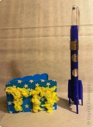 """Это ракета """"ПОЛЛИ"""" из серии ПСТ-9, сделала её для себя, чтобы отправиться в полет на Марс и познакомиться с инопланетянами.  Картина выполнена в технике аппликация из ткани, а """"ПОЛЛИ"""" объёмная, она выполнена из упаковки из-под канцелярского ножа, изнутри выстлана фольгой. фото 2"""